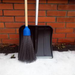 Снеговая лопата и метла